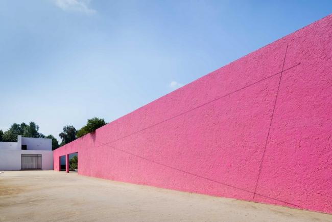 Cuadra San Cristóbal, Untitled (Sculptural Study, Triangular Wall Construction), 2002/2004 © 2018 Fred Sandback Archive. Fotografía: Moritz Bernoully, cortesía de PROYECTOSMONCLOVA