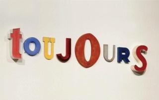 Jack Pierson, Toujours, 1996. Plástico, hierro y madera. Colección CAPC musée d´art contemporain de Bordeaux © Fréderich Delpech