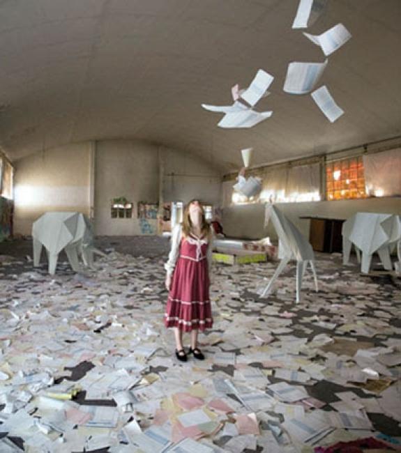 Cecilia de Val, Origami girl, sèrie El Otro reino, 2008. Lambda print, 120x110 cm. – Cortesía de la Colección olorVISUAL