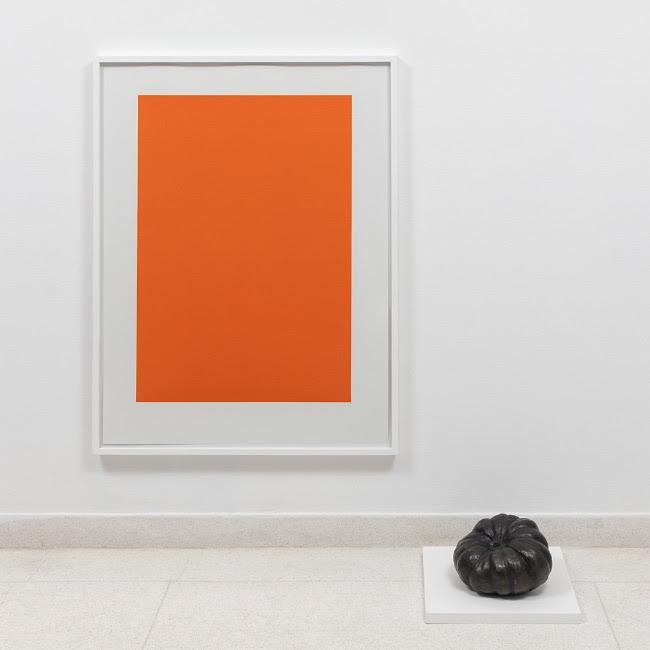 Carlos Nunes, objeto acrômico (abóbora), 2018, serigrafia e bronze, 100 x 70 cm (serigrafia), 25 x 23 x 14 cm (abóbora). Edição de 9 + 3PA — Cortesía de Carbono Galeria
