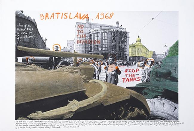 ©Marcelo Brodsky. Bratislava, 21 de agosto de 1968. De la serie 1968: el fuego de las ideas. Imagen de archivo intervenida. Cortesía del Artista y ROLF Art, Buenos Aires y Henrique Faria, Nueva York