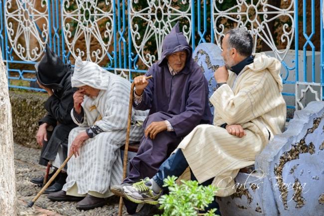 Conversaciones en la plaza | Ir al evento: 'Chefchauen. La ciudad azul de Marruecos'. Exposición de Fotografía en Martín Iglesias - Sierpes / Sevilla, España