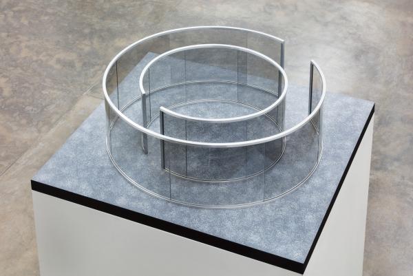 Dan Graham, Sem Título, 2016, vidro espelhado de 2 faces, alumínio, MDF e acrílico, 42 x 107 x 125 cm.