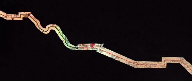 Nuestro Norte es el Sur / La línea.  Instalación formada por 40 recortes de mapas y atlas de la frontera México con Estados Unidos de América, pegados sobre el muro. 10 metros de largo x 3 de altura (medidas variables). 2018. Imagen cortesía Juan José Mar