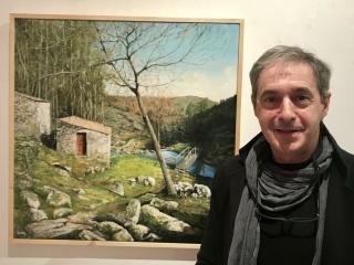 Antonio Martínez Cachi ante su obra MUIÑOS DO FOLÓN – Cortesía de Casa de Galicia
