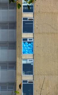 Globos azules [Blue Ballons] Cortesía de la Colección Juan y Patricia Vergez, Argentina