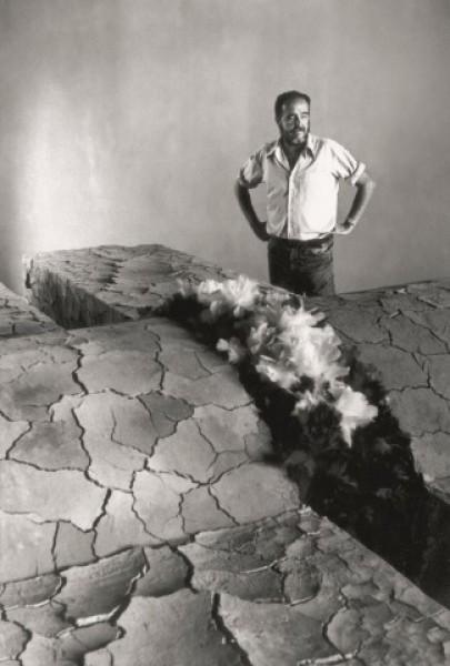 Emilio Rodríguez Larraín junto a la Tumba de los Reyes Católicos en casa de Emilio Soyer, 1984. Fotografía: José Casals. Cortesía Archivo Caretas
