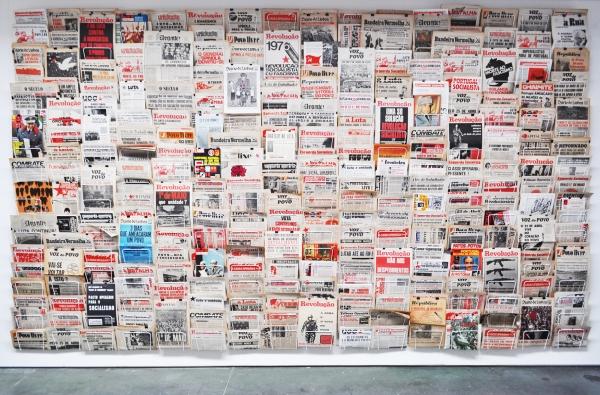 Nuno Nunes- Ferreira. Verão quente (verano caliente) - 2017. Periódicos y revistas originales (1974-1977), estructura de alambre pintado de blanco. 280x500 cm