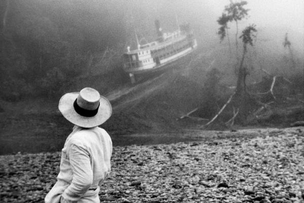 Una de las escenas más fascinantes en la historia del cine moderno. Klaus Kinski y el Molly Aïda en la jungla amazónica, 1981. | Ir al evento: 'Fitzcarraldo. Desafiando lo imposible. Fotografías de Beat Presser (CH)'. Exposición de Fotografía en Fotogalería Peñarol / Montevideo, Uruguay