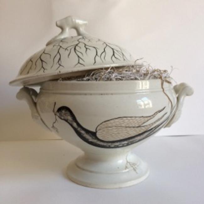 Carlos Villoslada, El alimento. Serie Anidando. Esmaltes, pigmento y materia orgánica sobre cerámica antigua recuperada 23x26 cm.