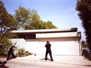 Paparazza Moderna en Acción, Walker House R.M. Schindler, 1936. 2011 Silverlake, Los Ángeles California. Foto: Darin Klein.