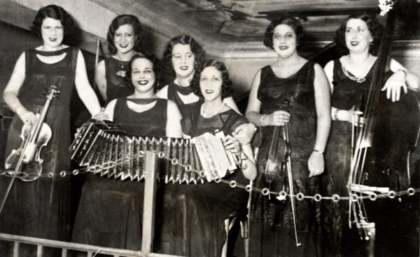 Orquesta de señoritas. S. f. (Foto: Museo y Centro de documentación AGADU)   Ir al evento: 'Tango revelado. La fotografía como testigo del tango en Uruguay'. Exposición de Fotografía en Club La Pedrera / Rocha, Uruguay