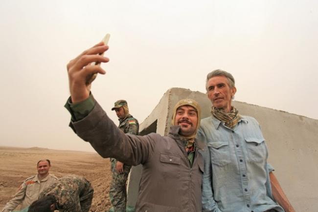 Image: Francis Alÿs in Mosul, November 2016. Photo © Akam Shex Hadi. Imagen cortesía Pickles PR