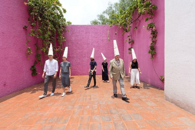 Activation of Franz Erhard Walther's piece Positionen. © Enrique Macías for Estancia FEMSA - Casa Luis Barragán, 2018