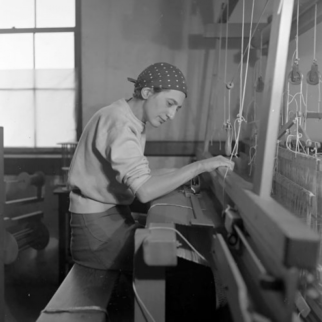 Anni Albers en su taller textil en el Black Mountain College, 1937 Fotografía de Helen M. Post Cortesía The Josef and Anni Albers Foundation, Bethany, Connecticut. Cortesía del Museo Guggenheim