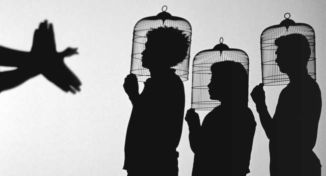 Javier Téllez, Teatro de sombras (Shadow Play), 2014. Instalación de cine, proyección de película de 35 mm, 10 min, 56 s. Cortesía del artista y Galerie Peter Kilchmann, Zúrich © Javier Téllez — Cortesía del Museo Guggenheim Bilbao