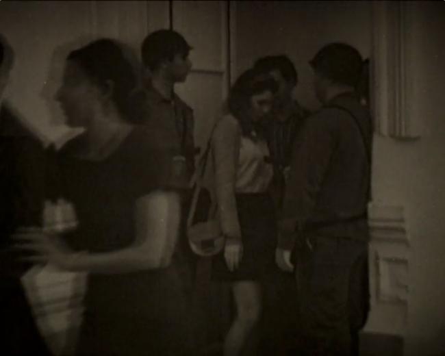 Alicia Mihai Gazcue. Pasar entre ellos (Video Still de la grabación en Lund, Suecia en 1974) – Cortesía de Espacio Mínimo