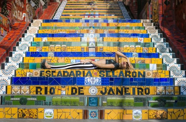 A trans Melissa Rodrigues na escadaria Selarón, no Rio de Janeiro