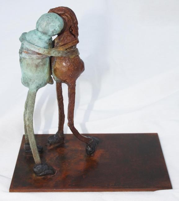 """""""El beso"""" Autora, Adriana Exeni. Escultura en bronce"""