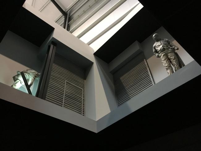 Vista de la instalación de Juan Muñoz | Ir al evento: 'Double Bind'. Exposición en Fundació Sorigué - PLANTA Project / Balaguer, Lleida, España