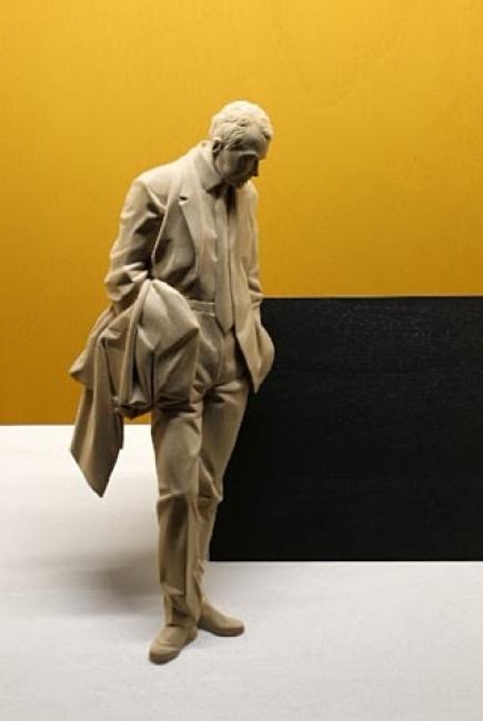 Peter Demetz, La proposta, 2017. Madera de tilo, acrílico y LED, 70 x 60 x 19,5 cm. – Cortesía de la galería de arte Lucía Mendoza