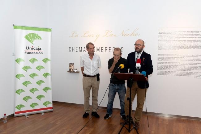 Presentación de la muestra: Chema Lumbreras junto a José Medina Galeote (dcha.) y Ramón Unamuno (izq.) — Cortesía de la Fundación Unicaja