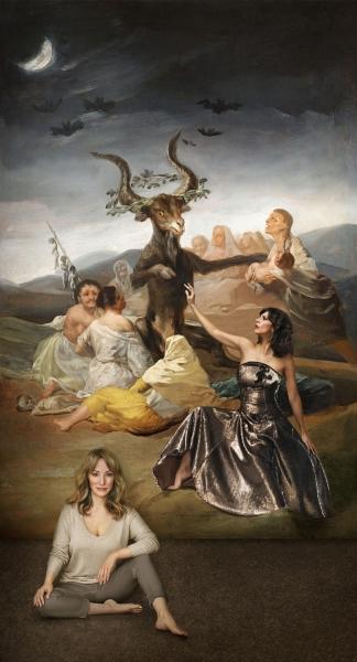 Retrato de Denise de la Rue junto a una fotografía de la serie 'Brujas'  Maribel Verdú y Goya. A partir de Francisco de Goya. El Aquelarre, hacia 1798. © Museo Lázaro Galdiano, Madrid. © Denise de la Rue. 2017