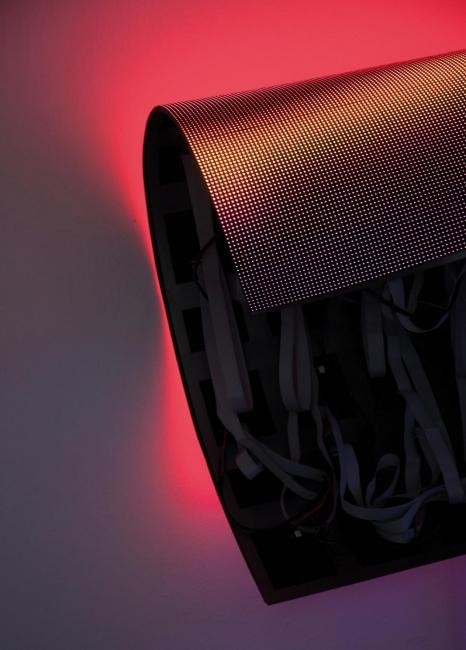 Magma, 2017, Pantalla de LED, componentes electrónicos, estructura metálica, ordenador, 102 x 90 x 46 cm © Daniel Canogar. VEGAP Madrid, 2017 © Foto: Estudio Daniel Canogar – Cortesía de Sala Alcalá 31
