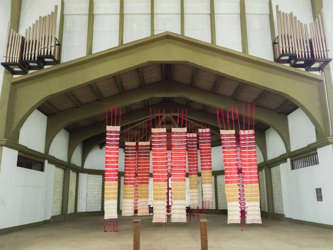 The Shroud by Cristina Rodrigues at Colombo Art Biennale. Photo by Marco Coutinho Longo– Cortesía de Naves Matadero | Ir al evento: 'O Sudário'. Exposición en Naves Matadero - Centro Internacional de Artes Vivas / Madrid, España