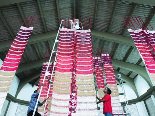 The Shroud by Cristina Rodrigues at Colombo Art Biennale. Photo by Marco Coutinho Longo – Cortesía de Naves Matadero | Ir al evento: 'O Sudário'. Exposición en Naves Matadero - Centro Internacional de Artes Vivas / Madrid, España