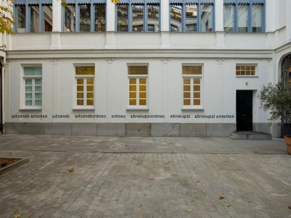 Ignasi Aballí, Vista de instalación de Mirar (el otro lado), 2013, Galería Elba Benítez, Madrid