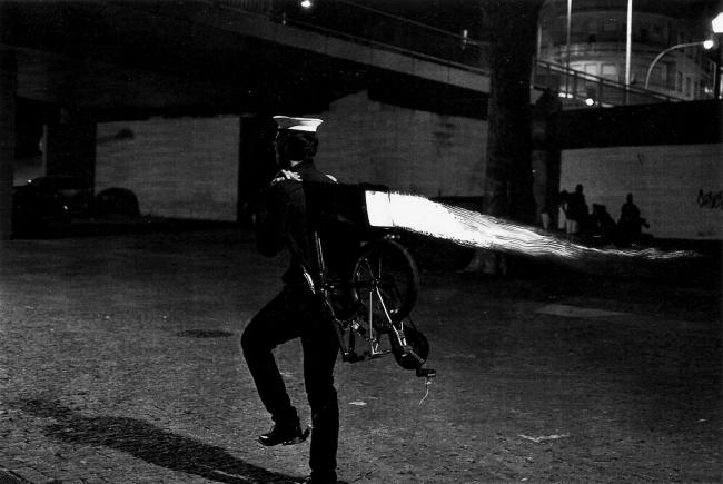 """Tiago Madaleno, """"Pernas"""", slide a preto e branco, dimensões variáveis, 2016 — Cortesía de Museu de Arte Contemporânea de Serralves"""