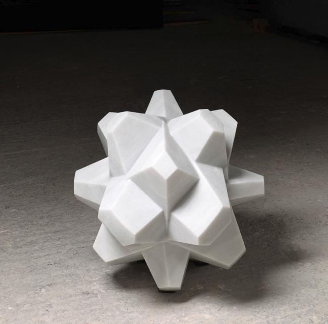 Tadanori Yamaguchi, Célula en blanco, 2017. Mármol blanco,, 70x70x70 – Cortesía de la Galería Marlborough