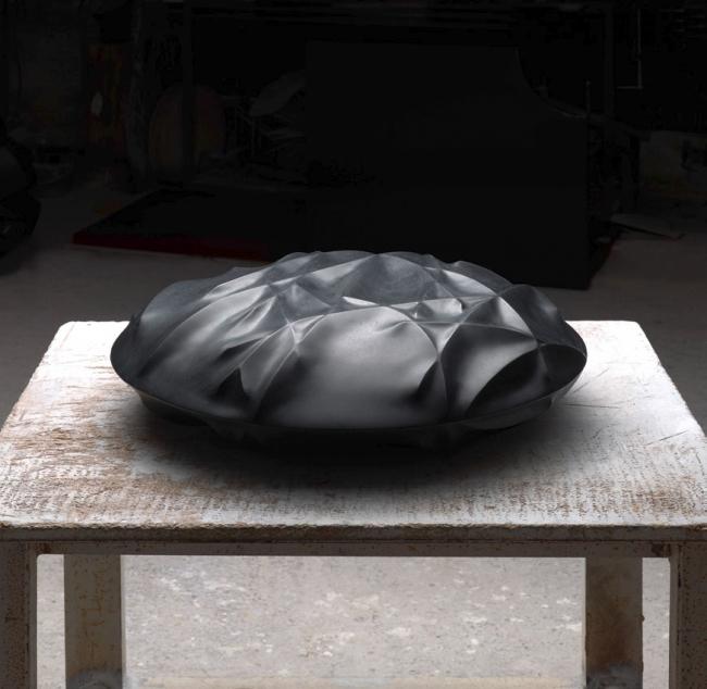 Tadanori Yamaguchi, Ramas en negro, 2017. Granito negro, 70x70x20 – Cortesía de la Galería Marlborough