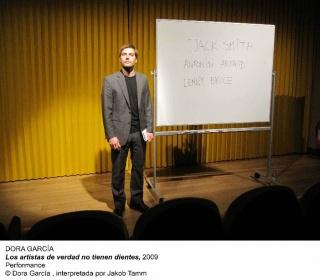 Dora García. Los artistas de verdad no tienen dientes. Performance © Dora García, interpretada por Jakob Tamm – Cortesía del MNCARS