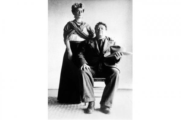 Frida Kahlo y Diego Rivera, colocados por el fotógrafo como pareja de revolucionarios.  San Ángel, Ciudad de México, 1940. Autor: Nickolas Muray.