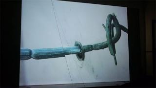 Alexandre Estrela. Knife in the Water, 2017, HD Video Projection , color, silent loop, painted cable – Cortesía de Travesía Cuatro Madrid