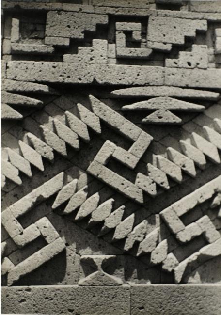 Josef Albers, Detail of stonework, Mitla, ca. 1937. Gelatin silver print, 24.7 × 17.7 cm. The Josef and Anni Albers Foundation © 2017 The Josef and Anni Albers Foundation/Artists Rights Society (ARS), New York | Ir al evento: 'Josef Albers in Mexico'. Exposición de Fotografía, Pintura en Solomon R. Guggenheim Museum / New York, Estados Unidos