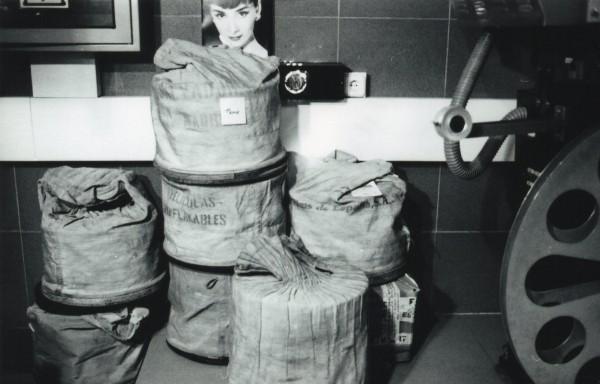 Sacas y latas | Ir al evento: '1.895-2.014: El último viaje del celuloide'. Exposición de Fotografía en Centro Sociocultural Norte-Universidad / Móstoles, Madrid, España