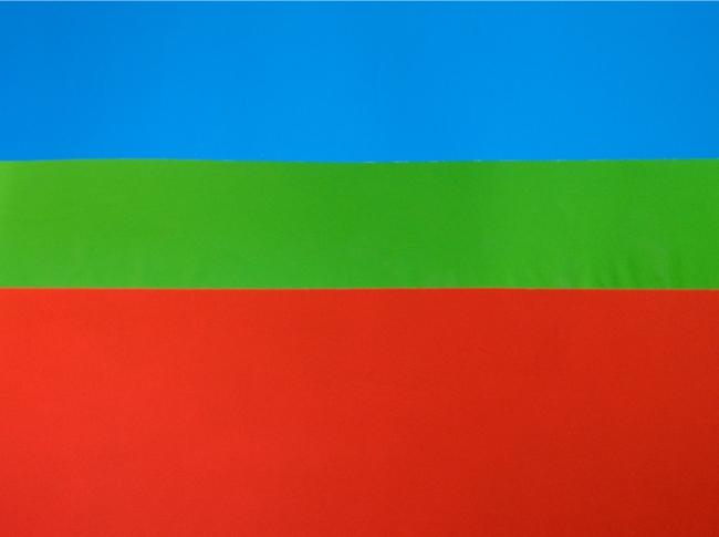 Verde y azul sobre rojo