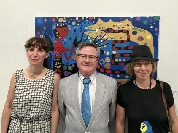 3. la escritora Goretti Irisarri, el coordinador de Actividades de la Casa, Ramón Jiménez y la artista Teresa Irisarri ante El dragón dorado