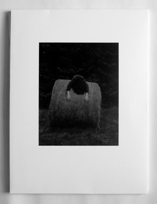 Mención especial: La gravetat del lloc, de Israel Ariño. Editado por Ediciones Anómalas — Cortesía de PHotoEspaña