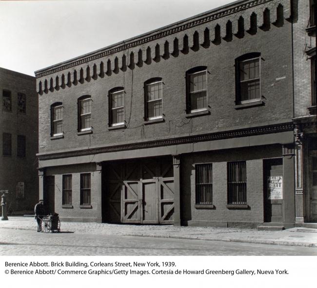 Berenice Abbott. Brick Building, Corleans Street, New York, 1939 – Cortesía de Kutxa Kultur Artegunea