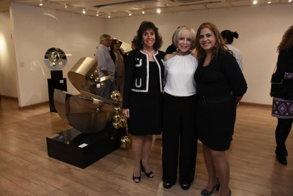 Carla Mourão, Dolly Moreno, Marcia Goldstein | Ir al evento: 'Dolly Moreno - Esculturas'. Exposición de Diseño, Escultura en Espacio Uruguay / São Paulo, Sao Paulo, Brasil