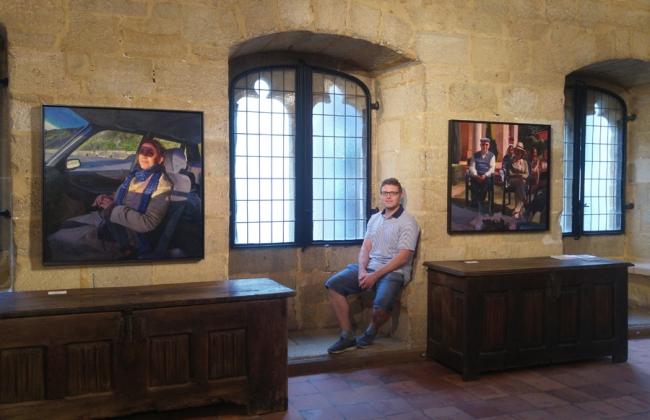 Junto a dos obras de la exposición | Ir al evento: 'Eduardo Alsasua'. Exposición de Pintura en Torre Luzea / Zarautz, Guipúzcoa, España