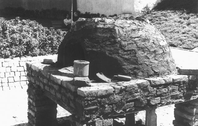 Victor Grippo, Construcción de un horno popular para hacer pan, 1972-2016. Imagen cortesía Dirección General de Museos GCBA