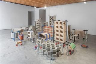 Marlon de Azambuja, Brutalismo Americano, 2017. Installation view.
