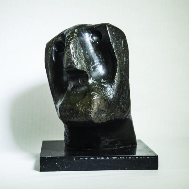 Jorge Oteiza. Cabeza de apostol nº9, Pablo, fundición en bronce. 1973 — Cortesía de la Galería Guillermo de Osma