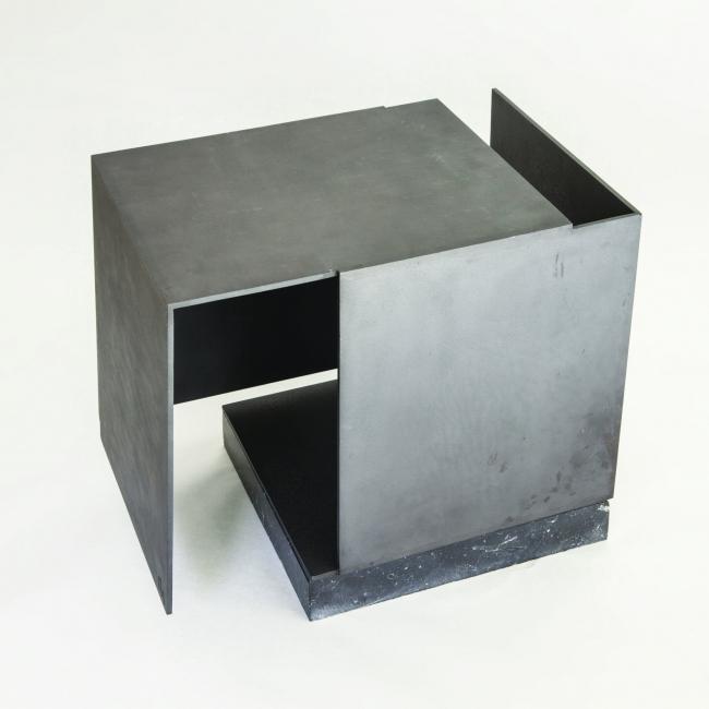 Jorge Oteiza, Caja metafísica por conjunción de dos triedros, vacío respirando, acero pintado en negro, 1972-1974 — Cortesía de la Galería Guillermo de Osma