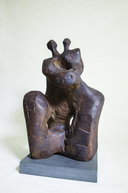 Jorge Oteiza, Mujer con niño mirando con temor al cielo, fundición en bronce 1949 — Cortesía de la Galería Guillermo de Osma